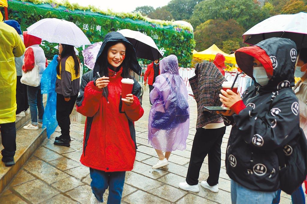10月1日,河南洛陽老君山景區辦活動,專為女性送出免費奶茶。(中新社)