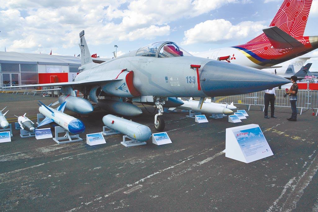 巴基斯坦JF-17型「梟龍」戰機及其搭配飛彈。(中新社資料照片)