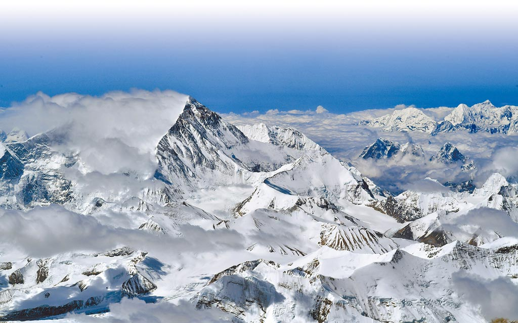 身高8848.86米,珠峰還在長;圖為5月14日從空中拍攝的珠峰。(新華社)