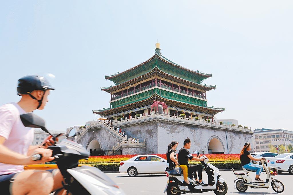 除北京、天津外,近年來西安也先後被定位為大陸國家中心城市。圖為西安鐘鼓樓。(中新社資料照片)