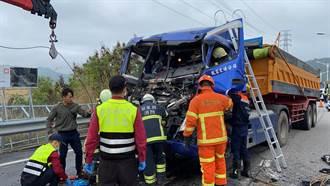 苗栗140線兩輛砂石車追撞 司機受困變形車頭