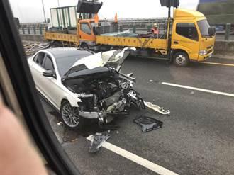 國道兩起車禍 黑、白賓士分別肇事都撞上工程車