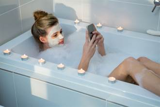 正妹裸身玩iPhone 浴缸成奪命凶器