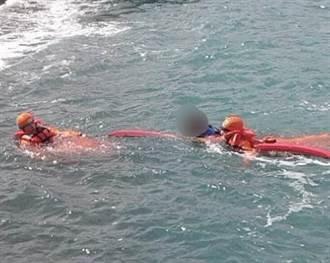 烏石鼻岸際釣客不慎落海 海巡緊急救援保命