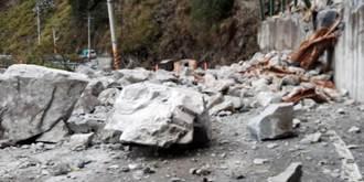 久旱甘霖峭壁崩落數十噸巨石 中橫便道封閉搶修