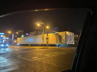 50公尺貨櫃車連2天現身台南 目的地曝光網嚇:一撞台股秒跌停