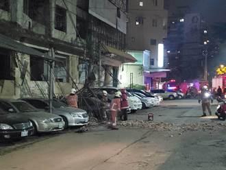 地牛翻身全台有感!新竹舊國賓磚頭鷹架全垮車子被壓毀 網:賠慘了