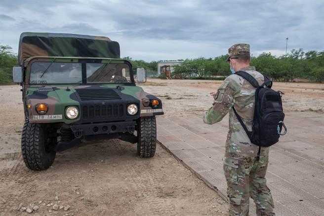 美國陸軍第94陸軍防空和導彈防禦司令部的M998悍馬車,此照片來自10月29日的該單位在臉書上發表的公開照片,足證明美軍仍有大量的悍馬車,沒有料件已斷絕的問題。(圖/The 94th Army Air and Missile Defense Command)