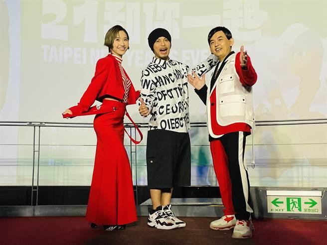 跨年晚會主持人LuLu穿著全身紅套裝長裙出席記者會,被主持人笑稱「像條辣椒」。(吳康瑋攝)