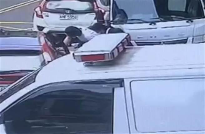 籍男疑似聯絡友人,並夥同友人制伏警察,籍男趁隙上車逃逸。(翻攝照片/莊旻靜新竹傳真)