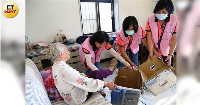 三芝關懷獨老志工隊送餐之外,還會分配物資、定期探訪與量血壓,全方面守護獨居長者的健康。(圖/黃鵬杰攝)