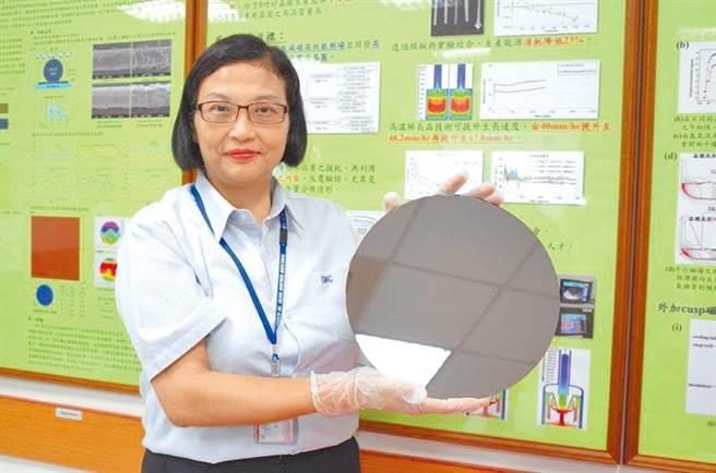 環球晶圓董事長徐秀蘭親自展示自家產品。(資料照)