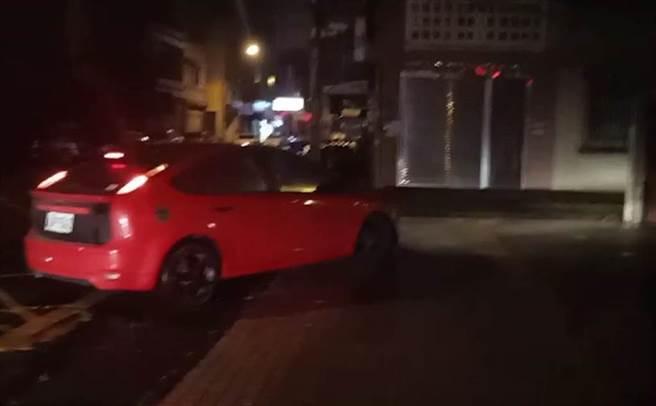 籍姓男子用於逃亡的紅色自小客車,10日凌晨扣回竹北分局。(翻攝照片/莊旻靜新竹傳真)