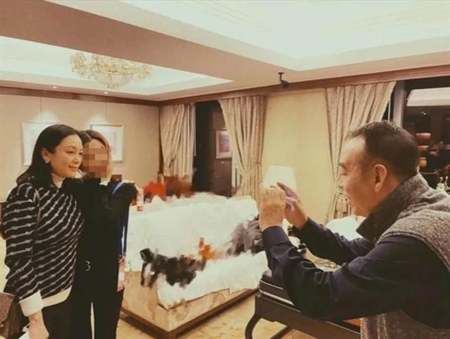 网友偶遇陈红要求合影。(图/取自新浪娱乐)