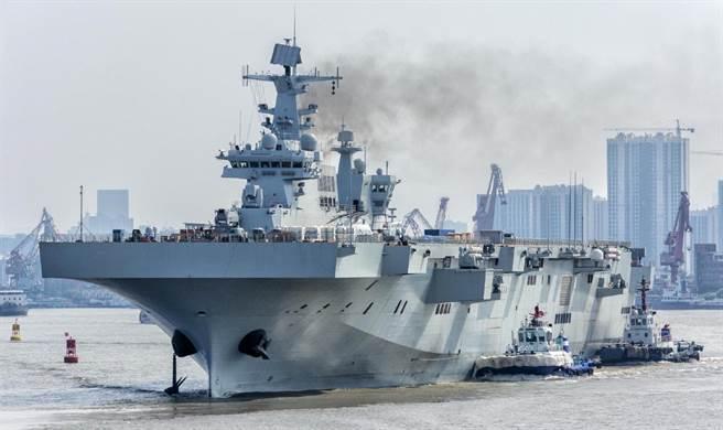 解放軍075型兩棲攻擊艦2020年10月海試的畫面。(網路)