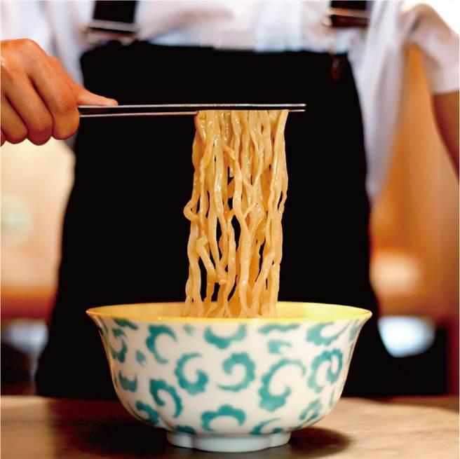 台中米其林必比登唯一推薦牛肉麵麵餐廳「GUBAMI」12/17日起快閃台北晶華,食饕可以嘗到「清燉牛肉麵」。(圖/GUBAMI)