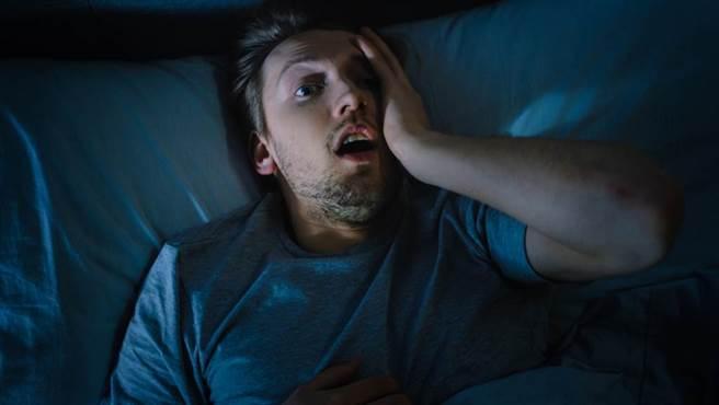 冬季早晨突然從棉被中起身,最容易刺激血壓飆升。(示意圖/達志影像)