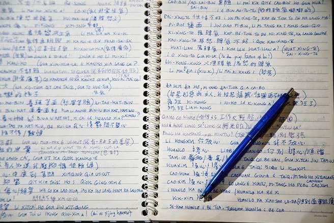 為了電視節目,吉雷米不僅會自己準備腳本,還會用台語筆記小抄。(圖/曾信耀攝)