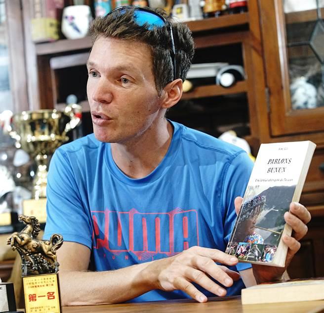 吉雷米為保留台灣族群語言文化,陸續以法文出版了三本關於布農、阿美與台語的語言書。(圖/曾信耀攝)