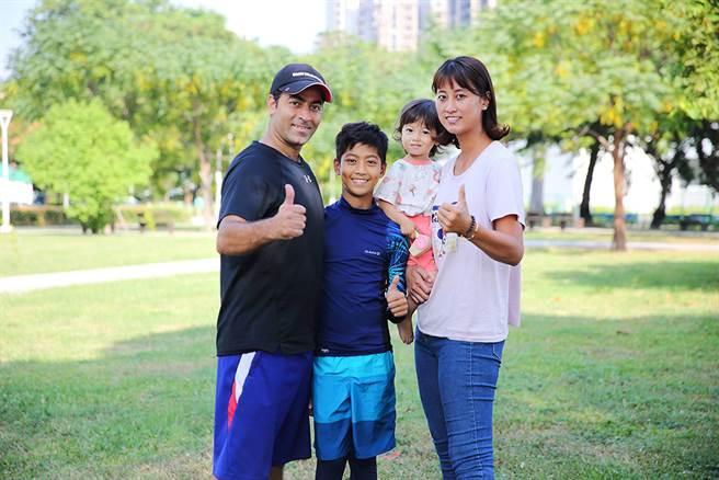 歐米和吳蘹澐認為,要適應孩子的興趣培養專才,兒子只喜歡足球,小女兒就愛跟著跑道館。(攝影/Carter)