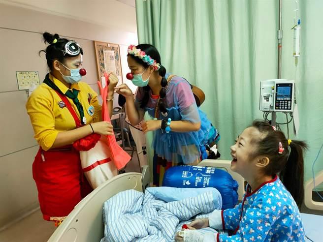 红鼻子医生不只给了病童微笑处方,也用音乐、戏剧和游戏纾解了医疗团队的工作压力。(照片提供/红鼻子关怀小丑协会)