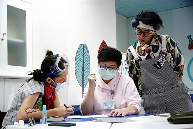 红鼻子医生工作流程中的病情记录交班非常重要,包括病童性别、治疗等,必须根据每位病童设计表演内容。(摄影/曾信耀)