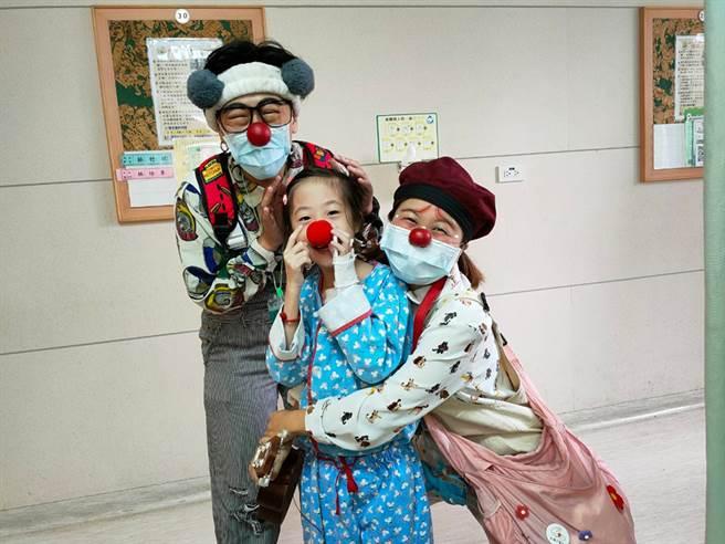 在医院治疗的病童开心期待着红鼻子医生来巡房。(照片提供/红鼻子关怀小丑协会)