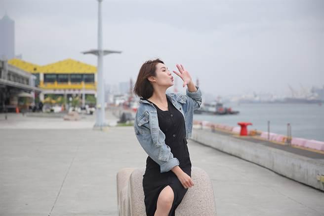个性乐观随性的朱海君,拍照起来完全没有台语歌坛天后的偶像包袱。(摄影/Carter)