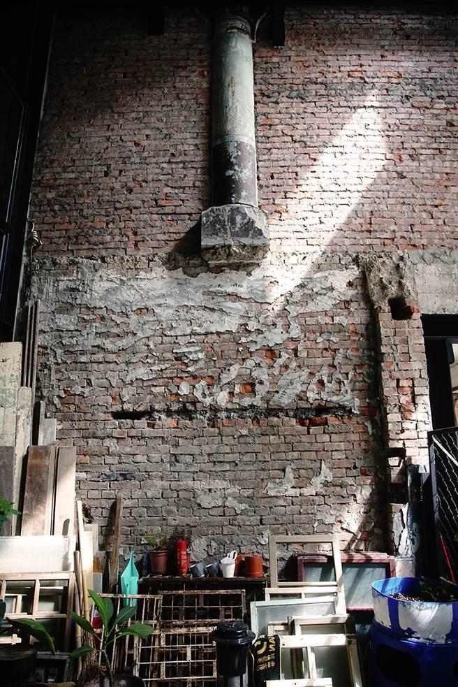 半根圆柱突兀的镶嵌半空中,是昔日「致美斋饭店」存在的痕迹。(摄影/曾信耀)