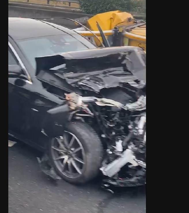 黑色賓士也撞工程車,車頭全毀。(彰化踢爆網提供/吳敏菁彰化傳真)
