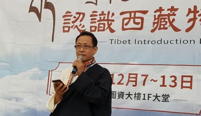 台北市西藏人在台福利協會丹增南達會長於12月7日「認識西藏特展」開幕式致詞,穿著的服裝為西藏特有的男性傳統服飾。(玄奘大學提供)