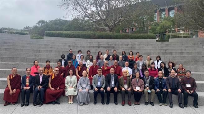 「認識西藏特展」開幕式玄奘大學簡紹琦校長與貴賓合影。(玄奘大學提供)