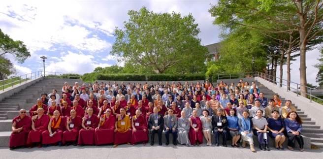 玄奘大學藏傳佛教研究中心開幕式貴賓與學者合影。(玄奘大學提供)