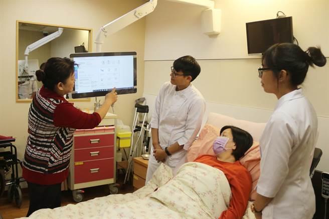 弘光科大集结最新智慧医疗设备,教学病房内有悬臂式电子白板提供卫教。(陈淑娥摄)