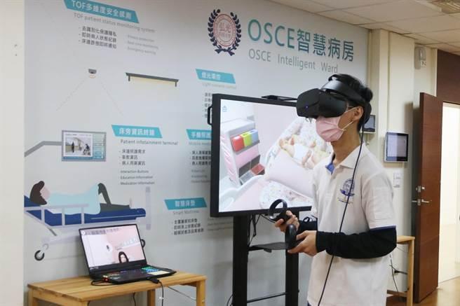 弘光科大集结最新智慧医疗设备,用VR设备进行教学。(陈淑娥摄)