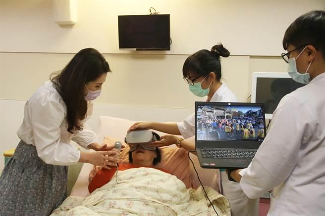 弘光科大集结最新智慧医疗设备,提供病患VR娱乐治疗。(陈淑娥摄)