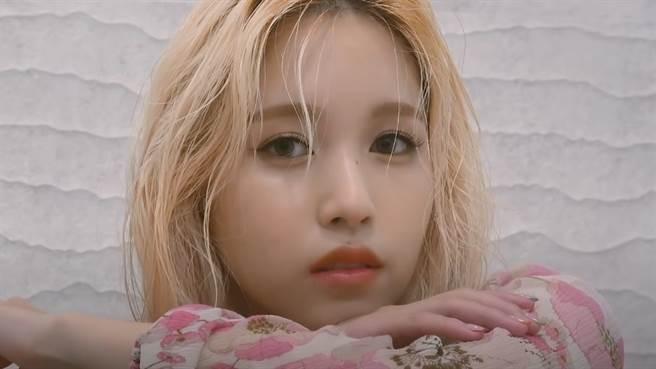 Mina在個人寫真集中以百變造型性感現身。(圖/YOUTUBE)