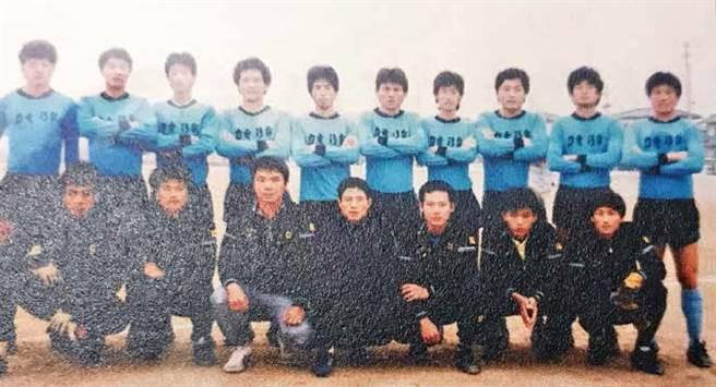 一九八四年台電到韓國訪問,謝善伍(前排左三)已是助理教練,後來成為功勳教頭的黃仁成(前排左四)才剛入隊。(圖/商周出版提供)