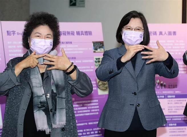 蔡英文總統(右)10日出席「台灣人權阿普貴(Upgrade)活動」,參觀殘障人士特區時學習比起手語,在老師的教導下,與監察院長陳菊(左)一同比起台灣人權阿普貴中的「阿普貴(upgrade)」字。(鄭任南攝)