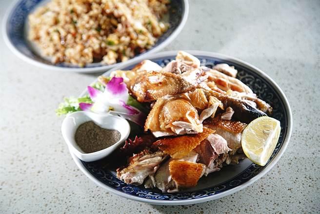 精選山上放山雞,利用鹽巴包覆、鋪底再烘烤的鹽焗雞,大口咬下皮酥肉嫩汁美味。(攝影/曾信耀)