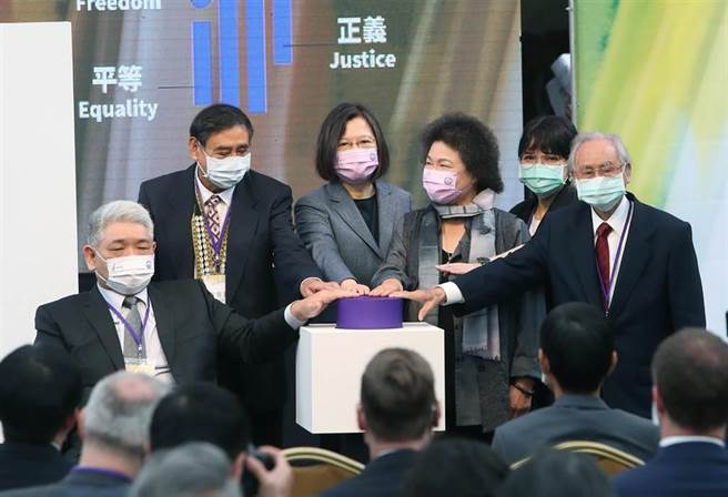 蔡英文總統(左3)10日出席「台灣人權阿普貴(Upgrade)活動」,偕同監察院長陳菊(右3)等貴賓一同主持啟動儀式。(鄭任南攝)
