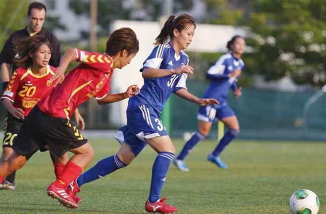 二○一三年9 月中華女足赴神戶移地訓練,並與神戶雌獅踢練習賽。(圖/商周出版提供)