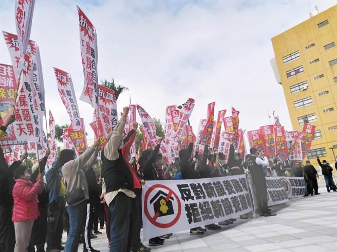 新生村、漢寶村、新寶村等村民,齊赴彰化縣政府抗議,不要再核准新設畜牧場,怒吼,「鄉下人也是人,我們要的只是健康安全的生活環境」。(吳敏菁攝)