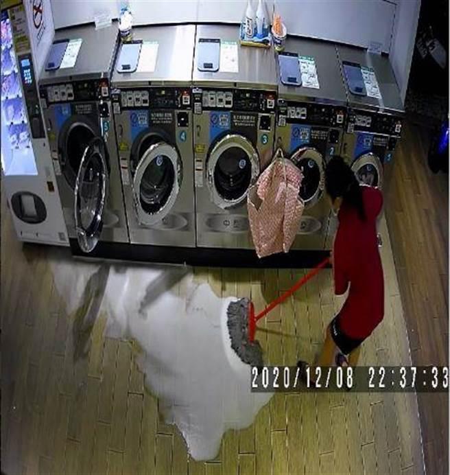一位自助洗衣店老闆8日晚間遇到客人意外弄髒店內地板,事後客人卻自己借來拖把主動清理,負責任的態度讓老闆大讚「這品德教育真的該稱讚」。(爆料公社/蘇育宣翻攝)