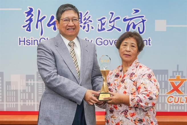 70歲阿嬤周利玉招(右)獲選績優交通導護志工,縣長楊文科(左)特別頒獎給她。(羅浚濱攝)