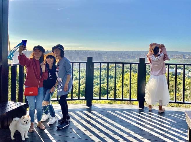大坑9號步道新設觀景平台,可眺望城市與山林美景,成為山友拍照打卡的新據點。(台中市觀旅局提供/王文吉台中傳真)