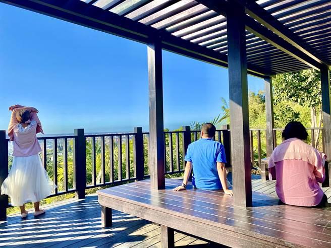 大坑9號步道觀景平台貼心設置4座休憩座椅,提供山友民眾駐足休憩。(台中市觀旅局提供/王文吉台中傳真)