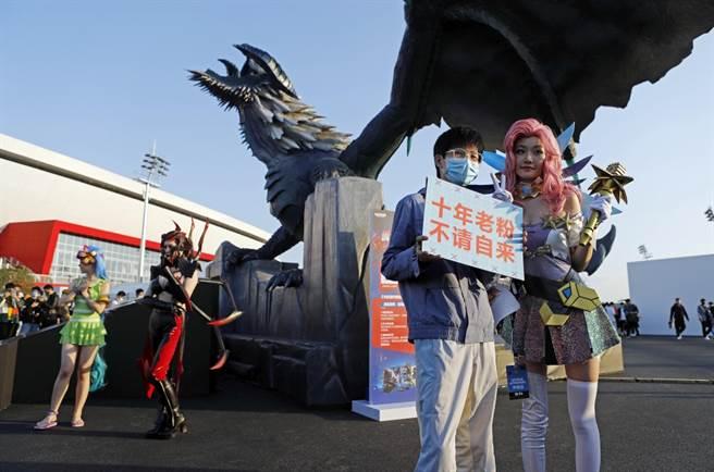 上海電競觀眾與英雄聯盟遊戲人物合影留念。(中新社資料照)