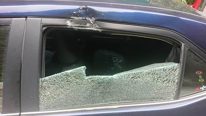 落實砸中轎車左車窗,玻璃碎裂。(新城警分局提供/王志偉花蓮傳真)