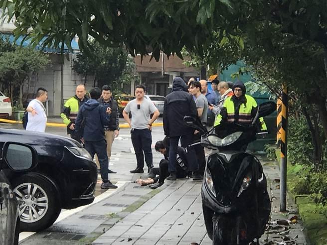 警方今天下午1時在基隆發現籍男和劫囚的3女1男,已儘速將人帶回警局釐清案情。(圖/記者陳彩玲攝)